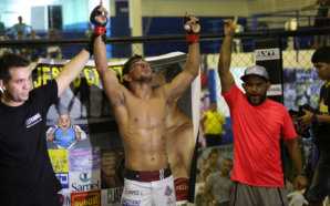 Luta principal de MMA - Sérgio Ribeiro de bermuda branca venceu Jadson Moraes - foto 2 - by Michael Dantas