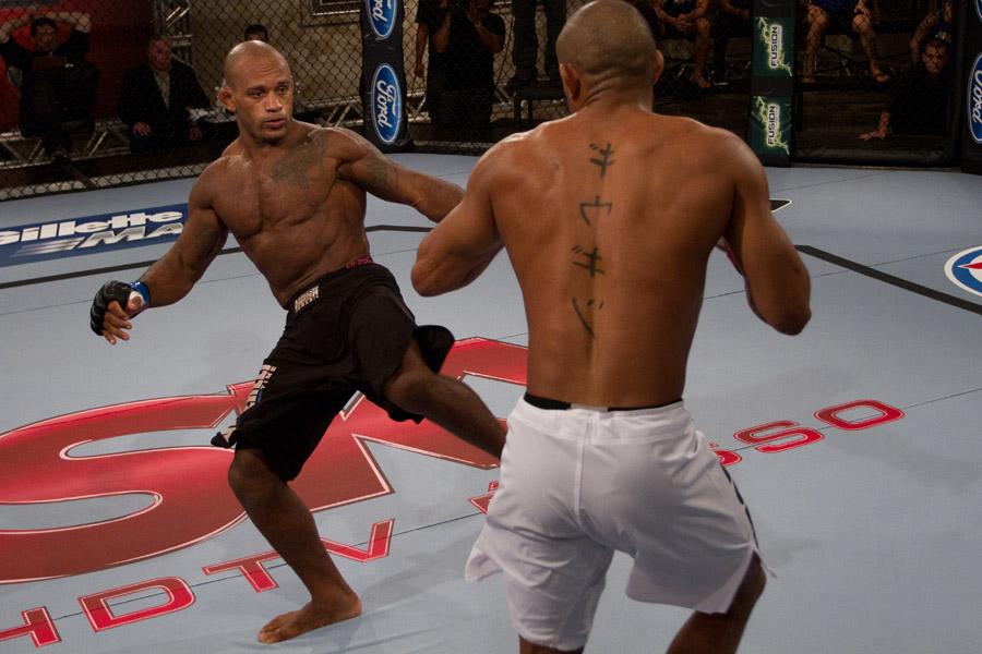 """Luta entre Sérgio Moraes e Deni """"Pé de Chumbo"""" (Foto: UFC)"""