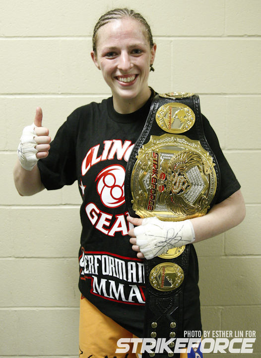 Sarah Kaufman enquanto campeã do Strikeforce (Foto: Cage Potato)