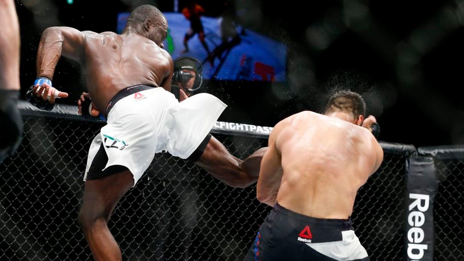 Após tomar atraso no 1º round, Hall mandou um rodado escorado de surpresa e pegou em cheio em Mousasi (Foto: Getty Images)