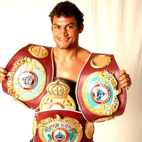 Popó exibe seus quatro cinturões mundiais (Fonte: jornaleirosdoesporte.wordpress.com).
