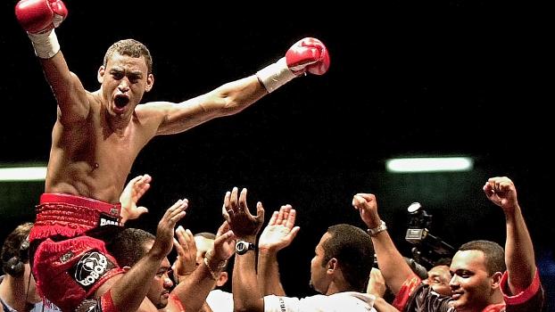 Popó, em 2001, comemorando a vitória sobre Orlando Soto (Fonte: espn.uol.com.br).