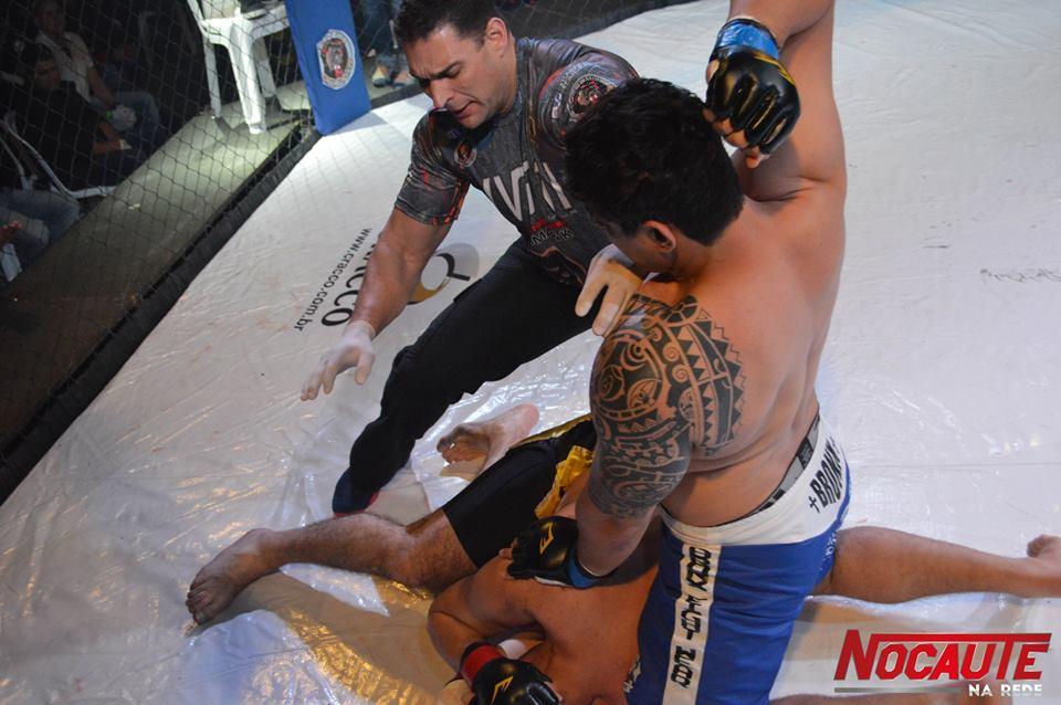 Edison Lopes no momento das marretadas (Foto: Nocaute na Rede)