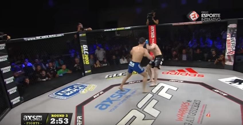 Thiago Moisés castigou Zach Freeman durante 5 rounds para manter seu cinturão. Na imagem, o campeão conecta um bom golpe que leva Freeman à lona. (Foto: Axs.TV / Esporte Interativo)