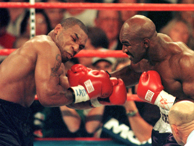 Holyfield freou o ímpeto do favorito Mike Tyson.