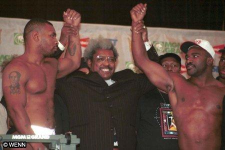 Tyson e Holyfield se encaram. Don King promoveu a luta entre ambos.