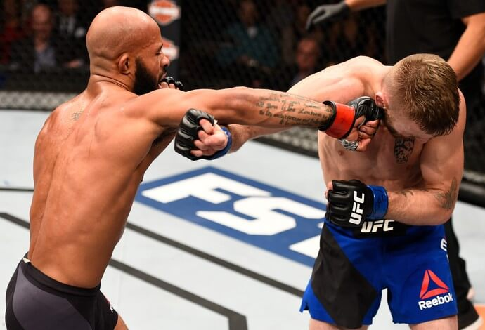 Demetrious Johnson golpeia Tim Elliott em seu combate pelo main event do TUF 24: Finale. (Foto: Josh Hedges / Zuffa LLC via GettyImages)