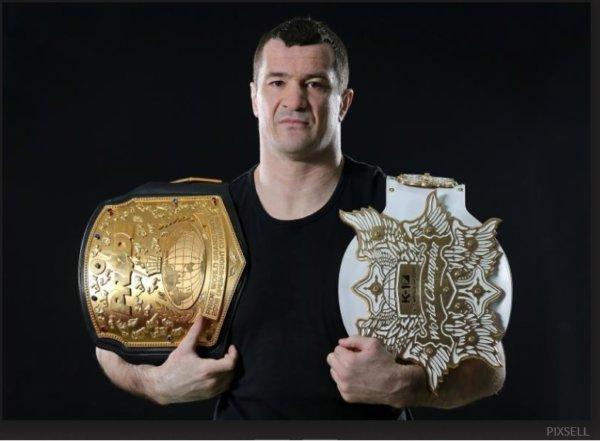 Mirko Cro Cop com seu cinturão do Torneio Peso Absoluto de 2006 do PRIDE e o do K1 (Foto: MMA Mania)
