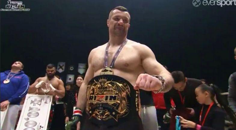 Mirko Cro Cop após vencer o Torneio Peso-Absoluto de 2016 do RIZIN. (Foto: MMA Core)
