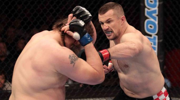 Mirko Cro Cop golpeia Roy Nelsonem 2011, pelo UFC 137, em uma de suas três passagens pelo UFC. (Foto: MMA Mania)