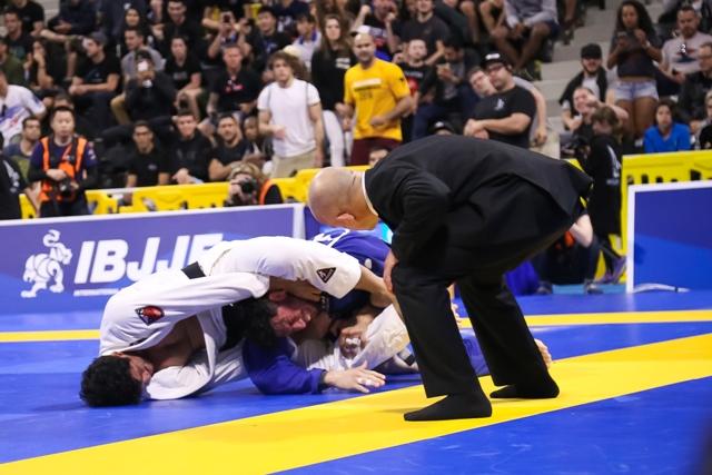 Lucas Hulk estrangula Matheus Diniz na semifinal da categoria
